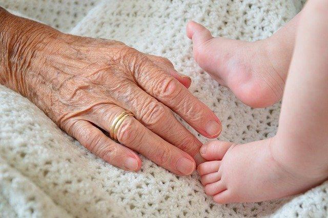 Anciana y bebé