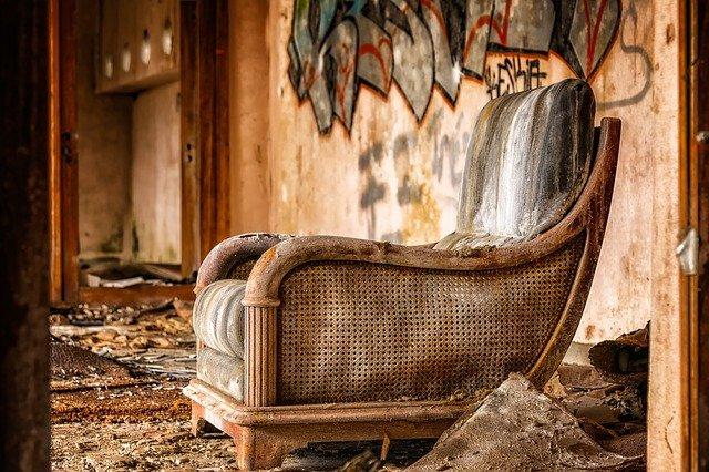 Maltrecho sillón