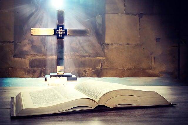 Tedeum Biblia crucifijo